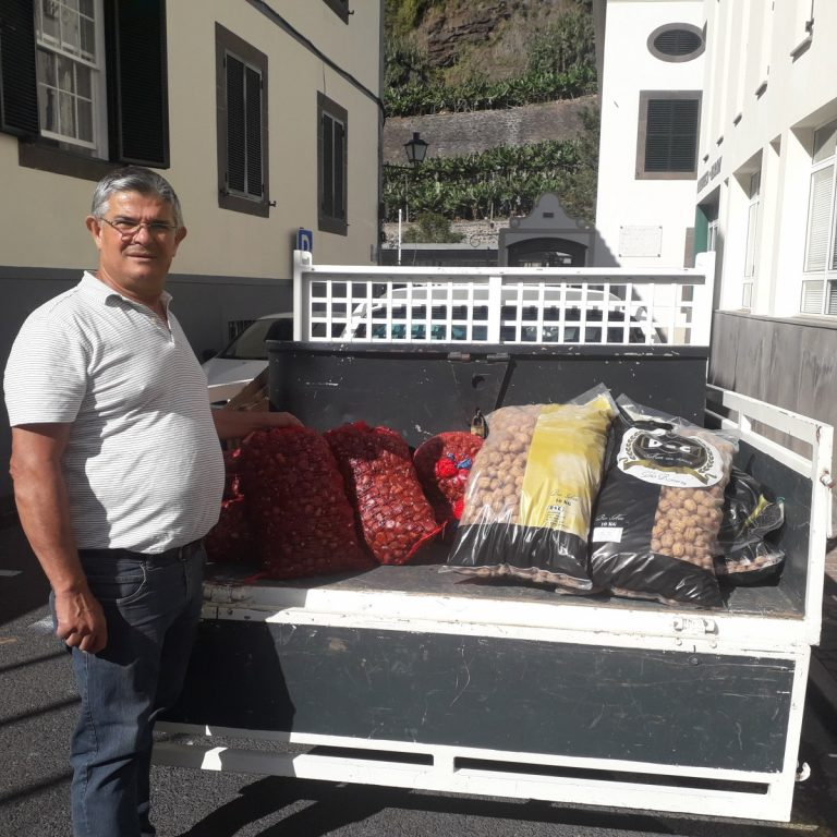 Junta de Freguesia da Ponta do Sol distribui castanhas e nozes nas escolas