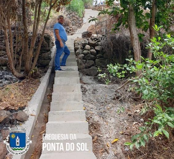 Desmatação, limpeza, recuperação e pavimentação de 112 metros de vereda e levada nas Adegas